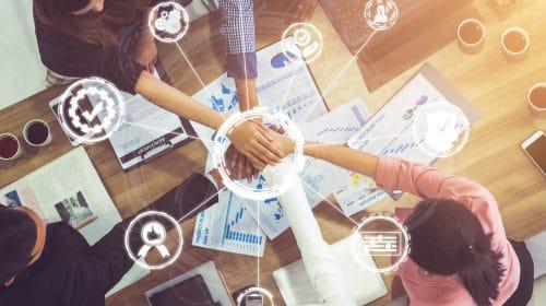 Mitarbeiter legen ihre Hände übereinander Teamarbeit
