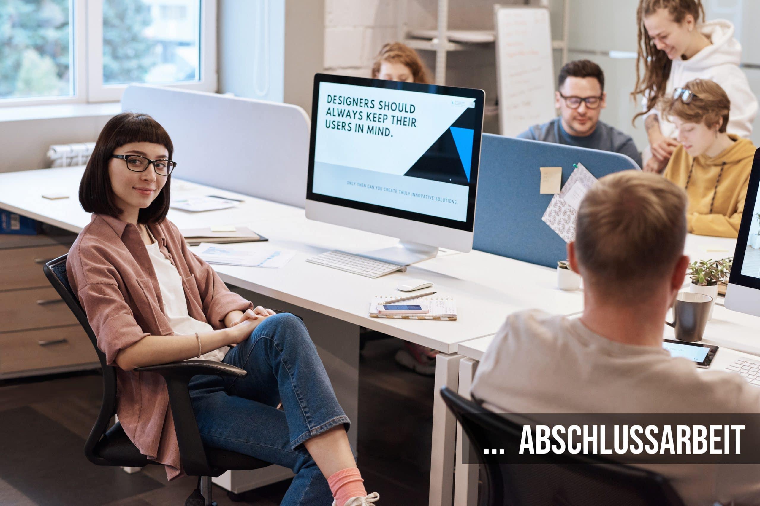 Junge Mitarbeiter am Schreibtisch mit PC