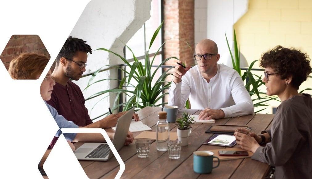 Berufserfahrene Mitarbeiter in Team Gespräch