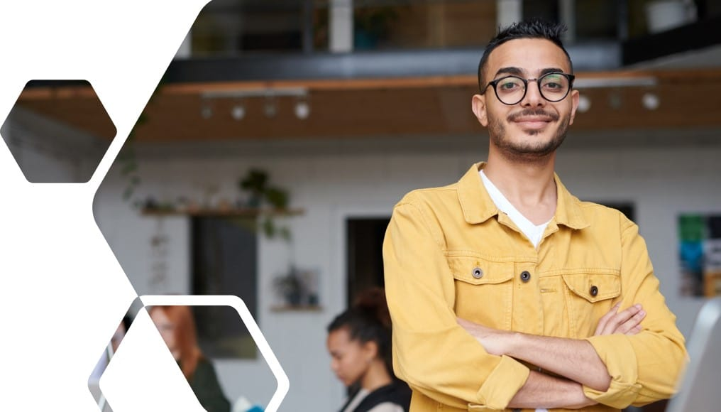 Junger Mann im gelben Hemd im Büro