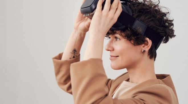Frau mit Virtual Reality Brille